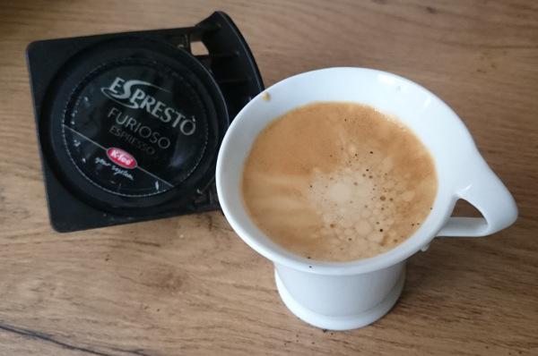 Der Adapter im Einsatz: Espresso von Espresto mit einer Dolce Gusto Melody zubereitet
